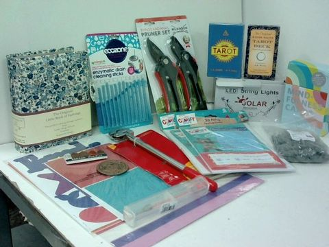 SMALL BOX OF ASSORTED HOMEWARE ITEMS TO INCLUDE PRUNER SET, TAROT CARDS, SOLAR LED STRING LIGHTS