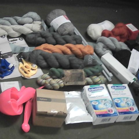 SMALL BOX OF ASSORTED ITEMS TO INCLUDE KNITTING NEEDLES, WOOL, SCISSORS