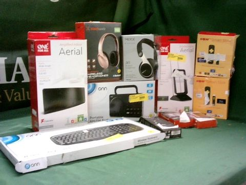 MEDIUM BOX OF ASSORTED TECH ITEMS TO INCLUDE ONE FOR ALL INDOOR AERIAL, ONN AM/FM RADIO, NOW TV STICKS