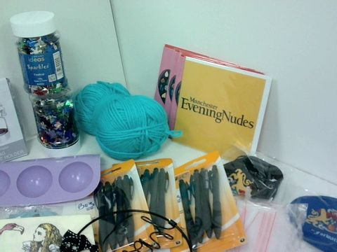 SMALL BOX OF ASSORTED HOMEWARE ITEMS TO INCLUDE GREETINGS CARDS, CELTIC FC STICKERS, SILICONE BALL MOLD