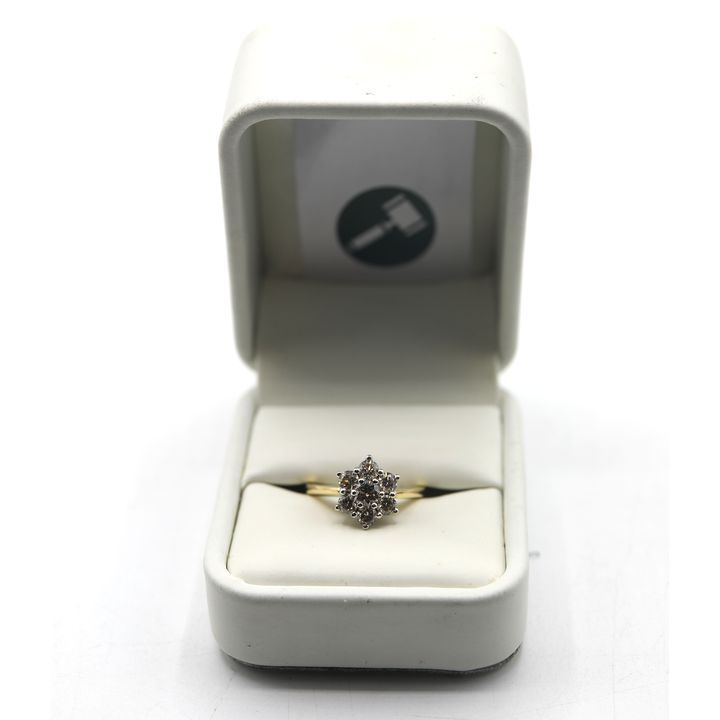 DESIGNER 18ct GOLD DAISY CLUSTER RING SET WITH DIAMONDS WEIGHING +-1.04ct
