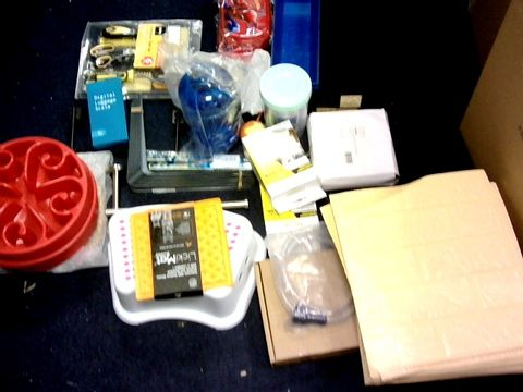 LOT OF LARGE BOX OF APPROXIMATELY 20 ITEMS TO INCLUDE: MULTI SURFACE CLEANER,LUGGAGE SCALE, WALLPAPER ETC