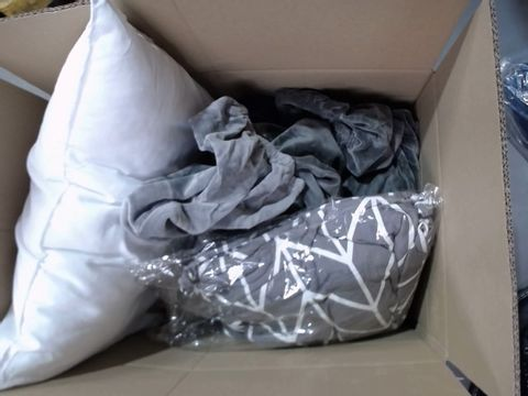 MEDIUM LOT OF ASSORTED HOUSEHOLD ITEMS TO INCLUDE: GEORGE HOME DINO FLEECE, CELEBRITY CUSHION. VELVET CHAIR COVERS ETC