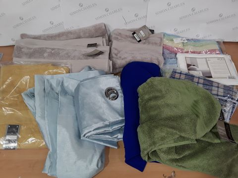 LARGE QUANTITY OF ASSORTED HOME FABRIC ITEMS TO INCLUDE VARIOUS TOWELS, OXFORD WHITE PILLOW CASES AND EYELET CURTAINS