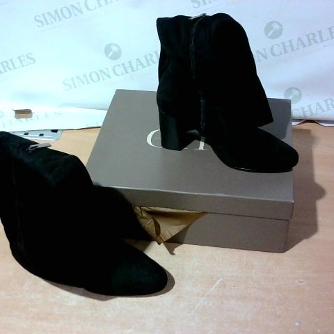 BOXED PAIR OF DUO BOOTS SIZE 41