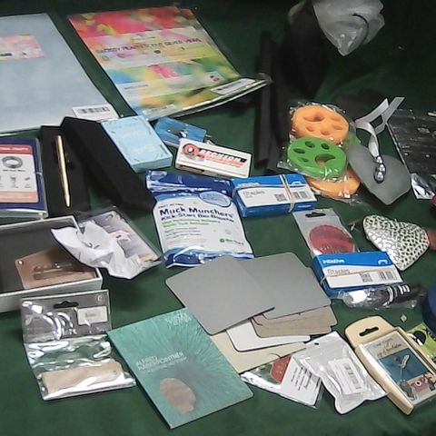SMALL BOX OF ASSORTED ITEMS TO INCLUDE WIND CHIME, LEATHER WALLET, HEAVY DUTY METAL PEN