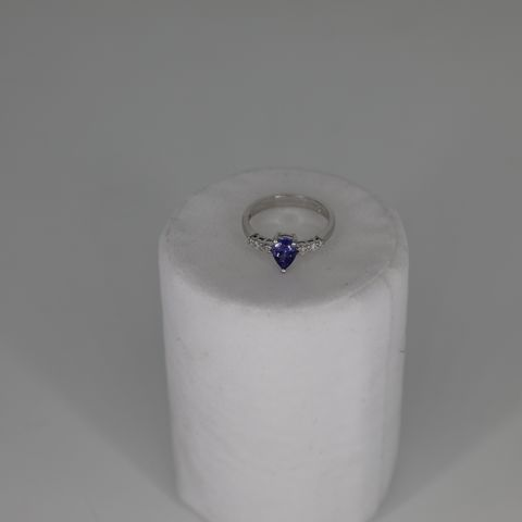 18CT WHITE GOLD RING SET WITH A PEAR CUT TANZANITE AND DIAMOND SET SHOULDERS, TOTAL WEIGHT +0.88CT
