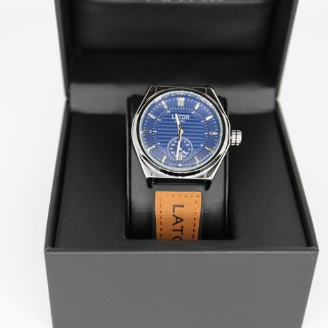 BRAND NEW BOXED MEN'S LATOR CALIBRE L007 SUB DIAL WATCH – LEATHER/RUBBER HYBRID STRAP – BLUE DIAL - 40MM CASE – L007 MOVEMENT