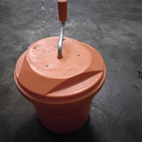 ORANGE PLASTIC SALAD SPINNER