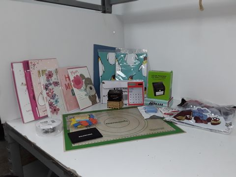 SMALL BOX OF ASSORTED HOMEWARE ITEMS TO INCLUDE MOTHERS DAY CARDS, TAPE DISPENSER, SOLAR POWER FENCE LIGHT