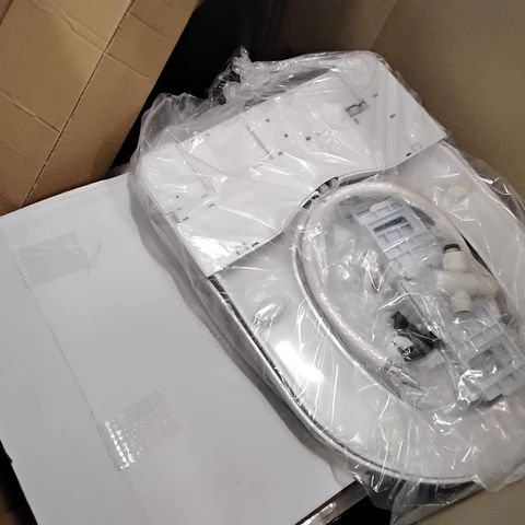 PALLET CONTAINING 5 GARDEN UMBRELLA'S 1.4M & 6 BOXED TOILET SEATS