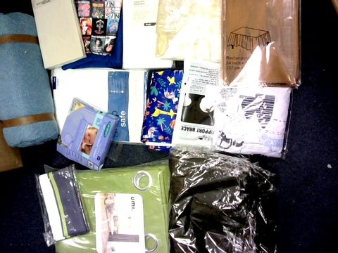 LOT OF MEDIUM BOX OF APPROXIMATELY 12 ITEMS TO INCLUDE: BLANKET, CURTAINS ETC