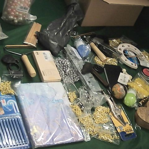 SMALL BOX OF ASSORTED ITEMS TO INCLUDE DRAIN CLEANING STICKS, YELLOW PINS, LION DOOR KNOCKER