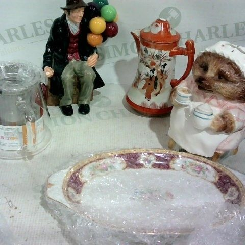 BOX OF APPROX. 8 ASSORTED ITEMS TO INCLUDE: HEDGEHOG MONEY BOX, SMALL SERVING DISH, ORNATE JUG
