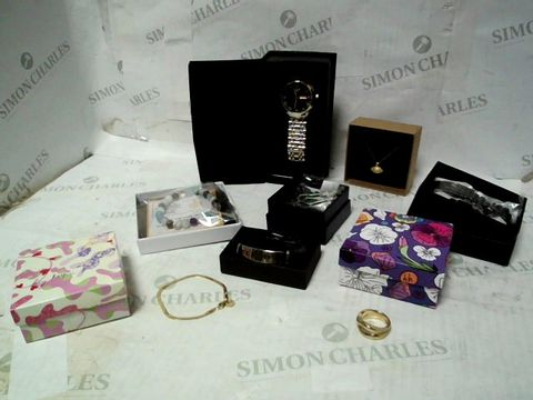 LOT OF A LARGE QUANTITY ASSORTED ITEMS OF JEWELLERY TO INCLUDE EARRINGS, WATCH STRAPS, NECKLACES, ETC