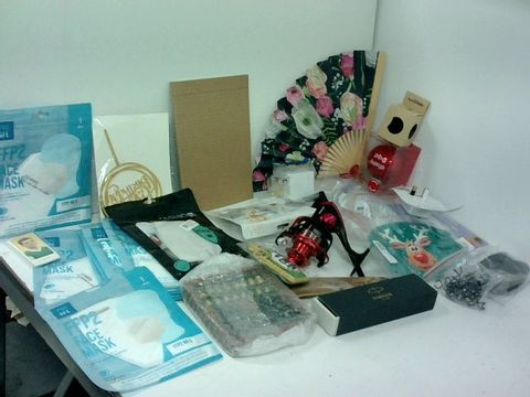 SMALL BOX OF ASSORTED HOMEWARE ITEMS TO INCLUDE FISHING REEL, FACEMAKS, SMALL CHESS SET