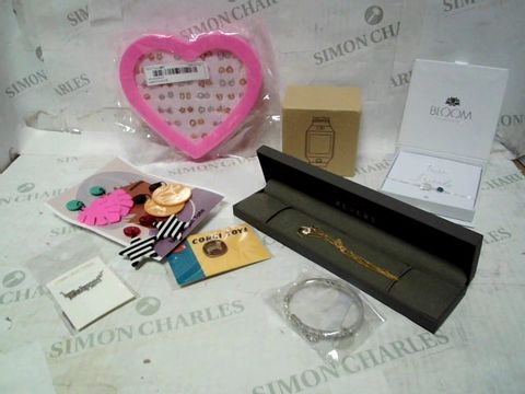 LOT OF A LARGE QUANTITY ASSORTED ITEMS OF JEWELLERY TO INCLUDE EARRINGS, BRACELETS, NECKLACES, ETC