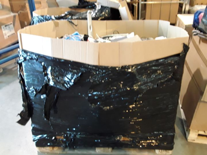 PALLET OF ASSORTED ITEMS TO INCLUDE: POWER LEADS, EARPHONES, CHARGERS, WII REMOTES, CONTROLLERS ETC