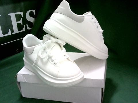 WHITE AND GREY TRAINERS IN THE STYLE OF ALEXANDER MCQUEENS SIZE EU 37