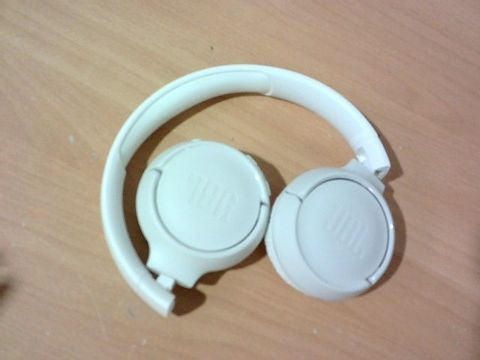 JBL TUNE 500BT POWERFUL BASS WIRELESS ON-EAR HEADPHONES WITH MIC (WHITE)