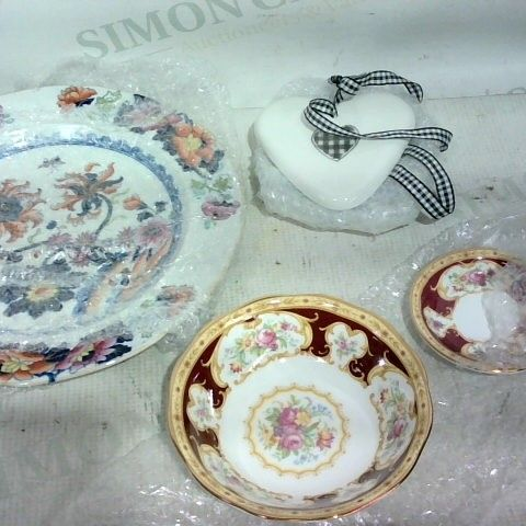 LOT OF APPROX. 15 ASSORTED ITEMS TO INCLUDE: DECORATIVE PLATE, WALL HANGING HEART, DECORATIVE BOWL