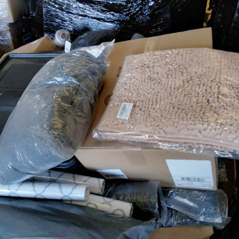 PALLET OF ASSORTED ITEMS TO INCLUDE A YOGA MAT, ASSORTED WALLPAPER AND A BATHROOM MAT