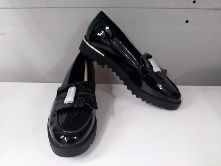 PAIR OF NEW LOOK LOVE COMFORT BLACK PATENT TASSEL CHUNK SHOES - SIZE 6 UK