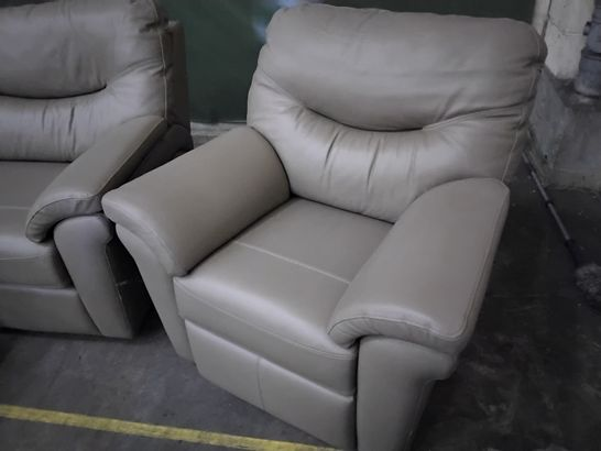QUALITY G PLAN WASHINGTON CAPRI MUSHROOM LEATHER LOUNGE SUITE, COMPRISING, THREE SEATER FIXED SOFA, PAIR OF POWER RECLINING EASY CHAIRS & STORAGE FOOTSTOOL