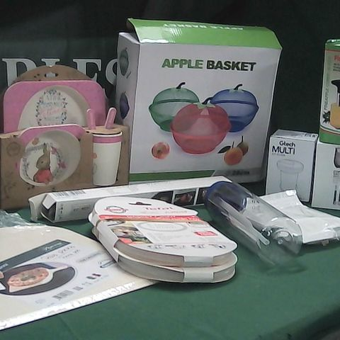 BOX OF ASSORTED KITCHEN ITEMS TO INCLUDE PIZZA PEEL, PINEAPPLE CUTTER, FRUIT BASKET