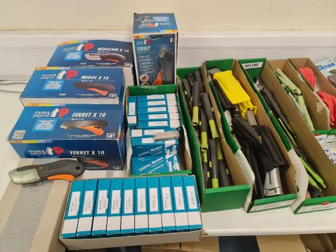 BOX OF APPROXIMATELY 100 ASSORTED BRAND NEW SAFETY KNIVES AND BLADES TO INCLUDE MARTOR SAFEBOX BLADE SNAPPER, DRAPER 10 TRIMMING KNIFE BLADES AND MURE & PEYROT MEDOCAIN SAFETY KNIFE