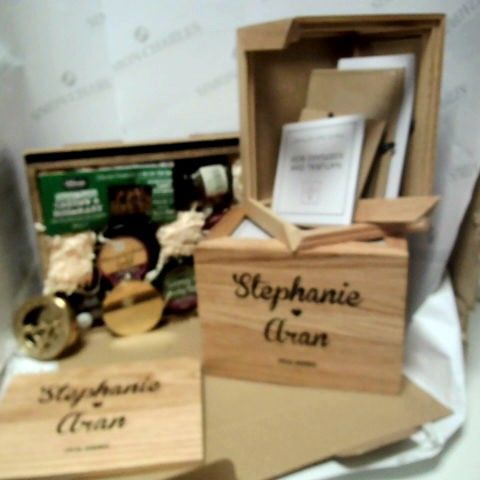 LOT OF 4 ASSORTED GIFT ITEMS, TO INCLUDE PERSONALISED PHOTO BOXES, PERSONALISED SUNDIAL & CHEESE + CHUTNEY SET