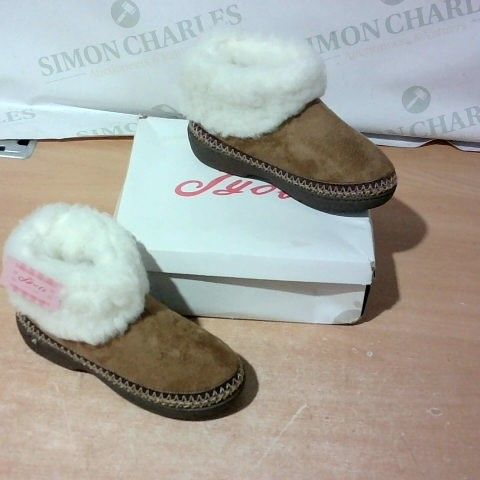 BOXED PAIR OF JYOTI SLIPPERS SIZE 4