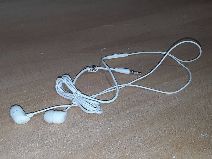 PAIR OF WIRED EARPHONES - WHITE
