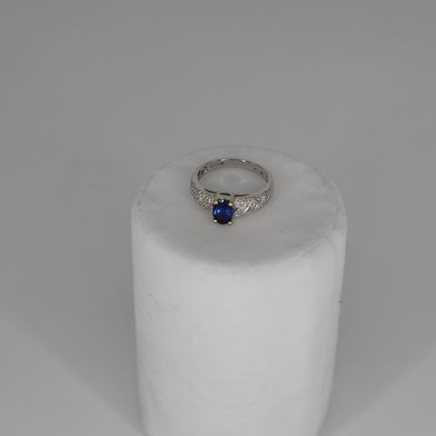 18CT WHITE GOLD RING SET WITH AN OVAL CUT TANZANITE AND PAVE DIAMOND SHOULDERS, TOTAL WEIGHT +0.91CT