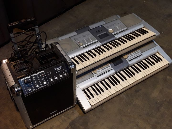 LOT OF 4 ASSORTED MUSIC ITEMS TO INCLUDE SUBZERO PPA8I PORTABLE PA SYSTEM FOR IPOD AND 3X YAMAHA PSR-295 KEYBOARDS