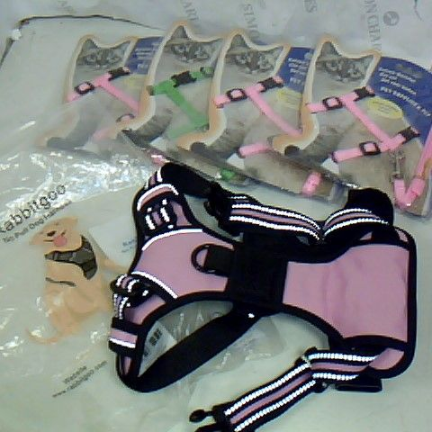 LOT OF 5 ASSORTED PET ITEMS TO INCLUDE NO PULL DOG HARNESS AND CAT HARNESS
