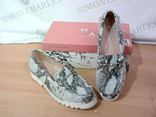 BOXED PAIR OF MODA IN PELLE - SIZE 39