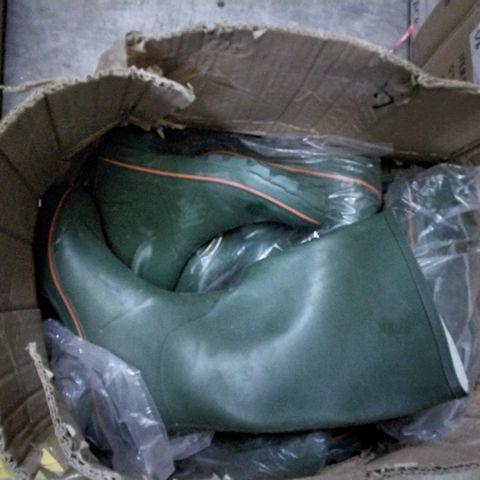 BOX OF APPROXIMATELY 12 ASSORTED GREEN BUCKLED WELLIES