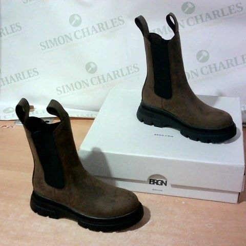BOXED PAIR OF GRGN BOOTS SIZE 38