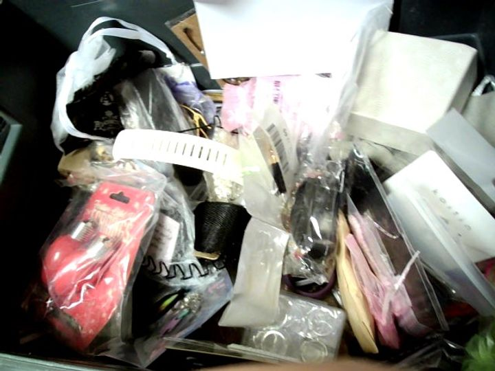 LOT OF APPROXIMATELY 61 ASSORTED ITEMS OF JEWELLERY TO INCLUDE EARRINGS, WATCH STRAPS, NECKLACES, ETC