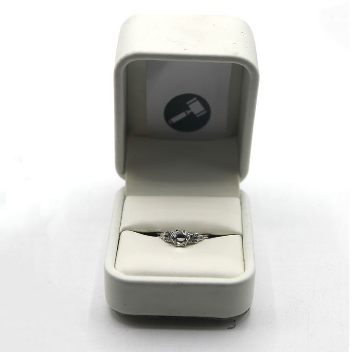 ANTIQUE ART DECO STYLE PLATINUM RING SET WITH A ROSE CUT DIAMOND & DIAMOND DETAIL TO SHOULDERS, WEIGHT +-0.61ct