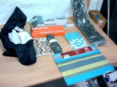 BOX OF ASSORTED HOUSEHOLD ITEMS TO INCLUDE DESIGNER PLACE MATS, DESIGNER TEA TOWEL, GEEZY DISPLAY RACK ETC