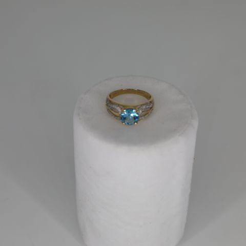 9CT YELLOW GOLD RING SET WITH BLUE TOPAZ AND DIAMONDS, TOTAL WEIGHT +2.10CT