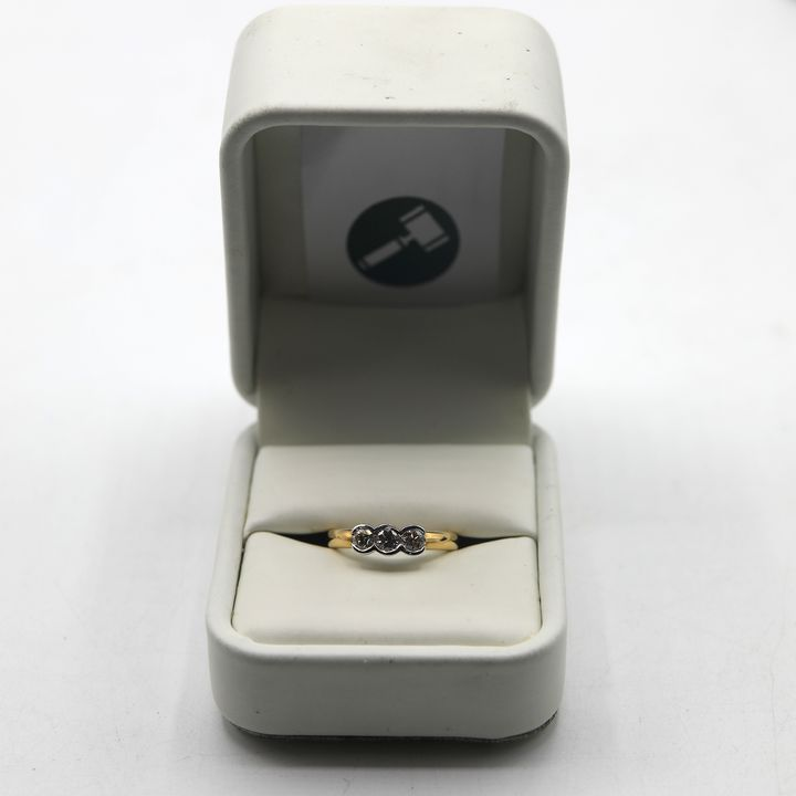 DESIGNER 18ct GOLD THREE STONE RING RUB-OVER SET WITH DIAMONDS WEIGHING +-0.50ct