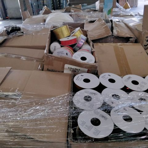 PALLET OF ASSORTED ITEMS TO INCLUDE A TINSEL STRING SET, 3 PEG AND RIBBON SET,  21 DIY GIFT TAGS, 5 POMS POMS 62 USB  CHARGING CABLES AND 30 TAPES