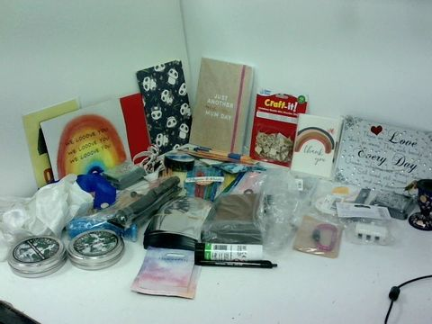 SMALL BOX OF ASSORTED CRAFTITEMS TO INCLUDE, PENS, CARDS, WATER REACTIVE DYE