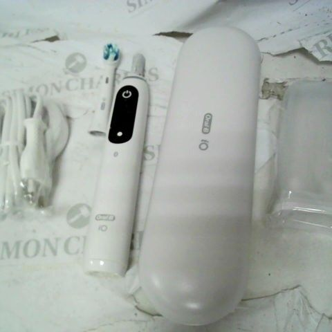 ORAL-B IO7 WHITE ULTIMATE CLEAN ELECTRIC TOOTHBRUSH