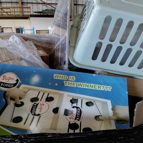 PALLET OF ASSORTED ITEMS TO INCLUDE A LAUNDRY BASKET, A WOODEN WEEKLY PLANNER BOARD AND NOVELTY BOARD GAME
