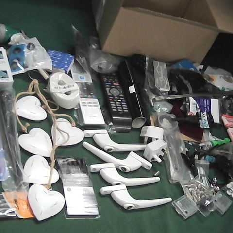 SMALL BOX OF ASSORTED ITEMS TO INCLUDE TV REMOTES, WINDOW/DOOR HANDLES, HIGHLIGHTERS