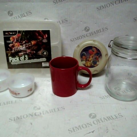 LOT OF APPROXIMATELY 15 ASSORTED KITCHENWARE ITEMS, TO INCLUDE STORAGE BOXES, JARS & MUGS